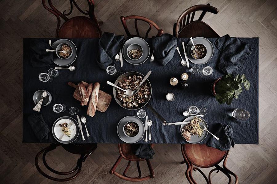 spisebord med forskellige stole